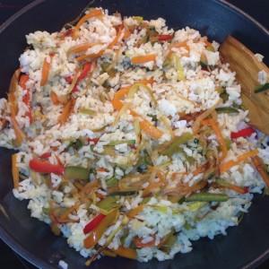 Wok de arroz oriental frito con verduras